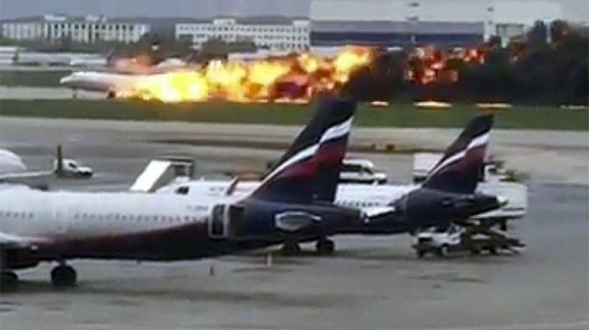 Avión se incendia en aeropuerto de Mosú.(AP)