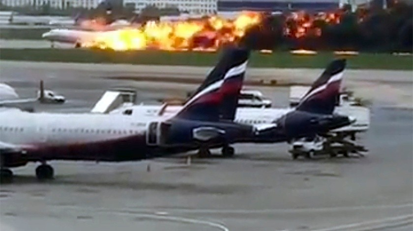 Un avión con 73 pasajeros a bordo se incendió el domingo al aterrizar de emergencia en el aeropuerto Sheremetyevo de Moscú, dejando 13 muertos.(AP)