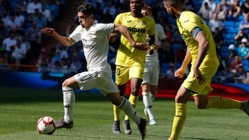 Los jugadores y aficionados del Real Madrid se tomaron unos minutos antes de su victoria por 3-2 sobre el Villarreal el domingo para enviar mensajes de apoyo al ex arquero estelar del equipo Iker Casillas, quien se recupera de un infarto cardiaco.(AP)