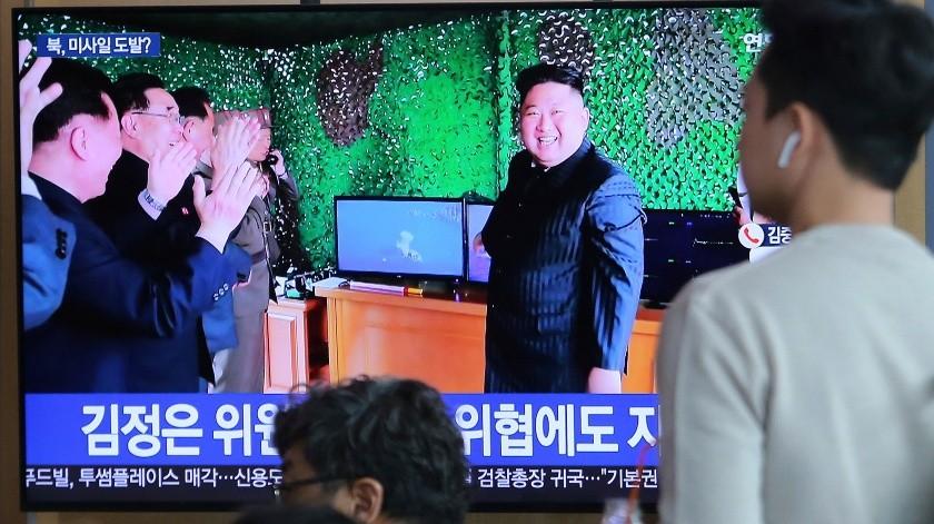 """Corea del Norte probó una """"nueva arma táctica guiada"""" en unas maniobras con fuego real el sábado, según indicó el domingo el Ejército surcoreano, sin confirmar si se trataba de un misil balístico.(AP)"""