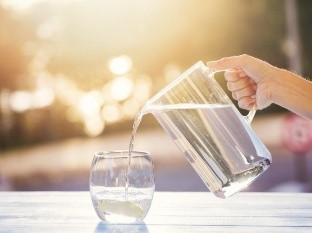 Si te encuentras al aire libre, en exposición al sol, es importante beber más seguido.