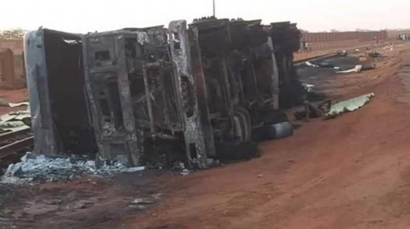 Las autoridades en este país del occidente de África creen que la explosión sucedió cuando el camión cisterna se volcó cerca de una gasolinera y un grupo de personas llegó para recolectar el combustible(Twitter)