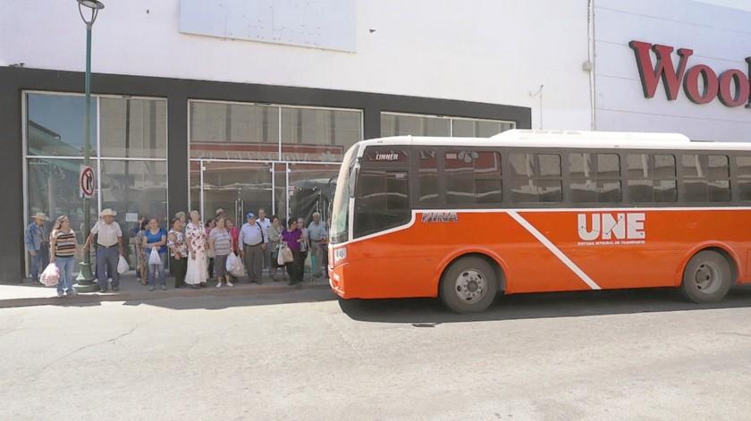 Bastantes usuarios en las paradas de camiones en el centro de la ciudad. Los hermosillenses expresaron atrasos en todas las rutas y muy pocos camiones.(Anahí Velásquez)
