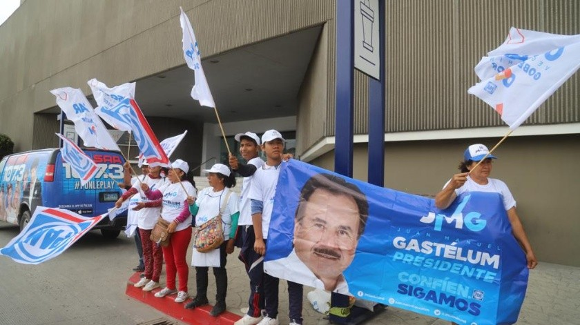 Las porras a las afueras del debate de candidatos a la Alcaldía