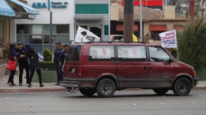 Las porras apoyando a sus candidatos a la Alcaldía de Tijuana.(Gustavo Suárez)