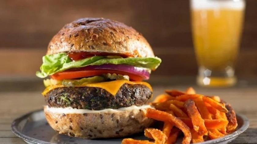 Los ingredientes de la hamburguesa vegana contienen proteína de chícharo y aceite de canola.