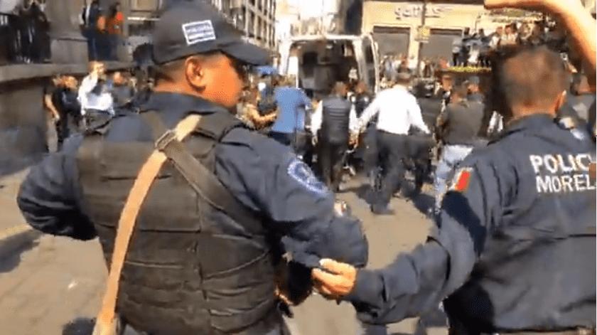 Por lo menos tres comerciantes y un reportero resultaron heridos de bala luego de que fueran atacados cuando se realizaba una manifestación en el Centro de Cuernavaca, justo a un costado de palacio de Gobierno.(Captura de video)