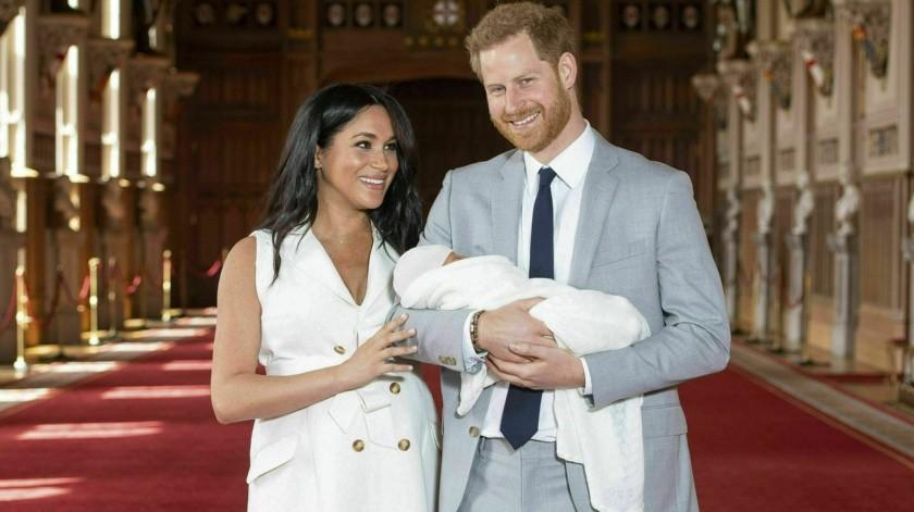 En príncipe Enrique y Meghan, la duquesa de Sussex, se retiran de la primera sesión de fotos para la prensa con su hijo recién nacido, el miércoles 8 de mayo del 2019 en el Castillo de Windsor, en Windsor, Inglaterra. El bebé, cuyo nombre no se ha anunciado, nació el lunes.(Dominic Lipinski/Pool vía AP)