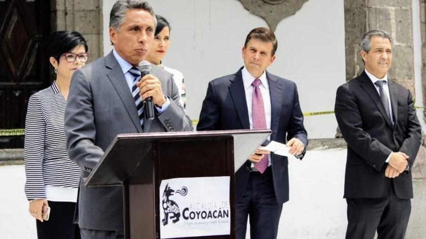 ''Prefiero dirigir a Pumas'': Manuel Negrete en Congreso de CDMX(Twitter/ @manuelnegretea)