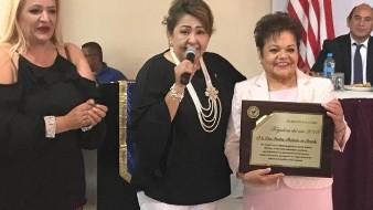 La galardonada recibió una medalla por parte de la Red Binacional del Grupo Madrugadores,