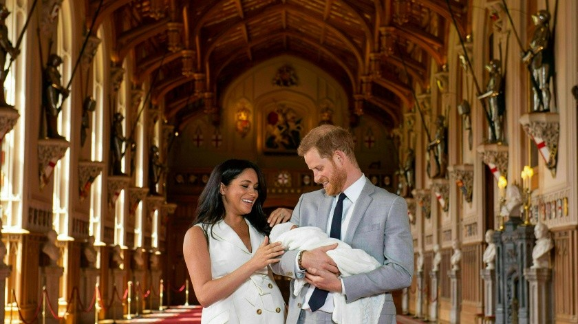 El príncipe Enrique y Meghan, la duquesa de Sussex, se retiran de la primera sesión de fotos para la prensa con su hijo recién nacido, el miércoles 8 de mayo del 2019 en el Castillo de Windsor, en Windsor, Inglaterra. El bebé nació el lunes. (Dominic Lipinski/Pool vía AP)(AP, PA Pool)