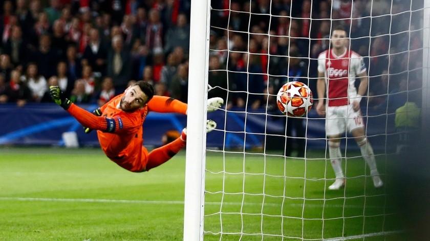 El arquero de Tottenham Hugo Lloris se estira ante el remate a gol de Hakim Ziyech de Ajax en la semifinal de la Liga de Campeones, el miércoles 8 de mayo de 2019, en Ámsterdam. (AP Foto/Peter Dejong) SPANXAF122(AP)