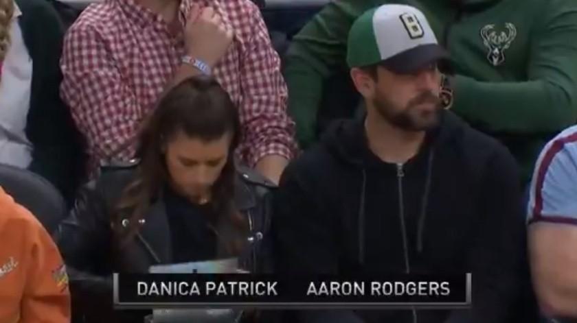 Fan de Bucks reta a QB de NFL al coquetear con su novia(Captura de video)