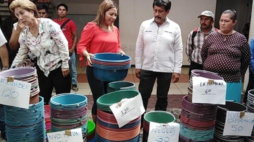 Los alcaldes de Metapa de Domínguez y Villa Corzo adelantaron con cubetas el Día de las Madres.(Facebook/ H.AyuntamientoMunicipalVillaCorzo Inicio)