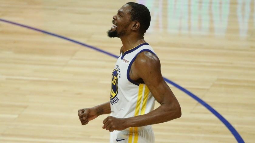 Kevin Durant fue sometido a una resonancia para conocer la gravedad de su lesión.(AP)