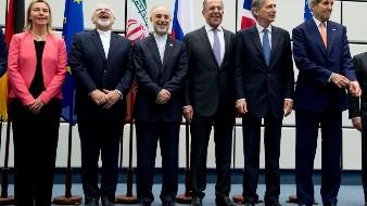 En esta imagen de archivo el 14 de julio de 2015, de izquierda a derecha, la Alta Representante de la Unión Europea, Federica Mogherini; el ministro iraní de Exteriores, Mohammad Javad Zarif; el responable de la Organización Iraní de Energía Atómica, Ali Akbar Salehi; el ministro ruso de Exteriores, Sergey Lavrov; el ministro británico de Exteriores, Philip Hammond, y el secretario de Estado de Estados Unidos, John Kerry, posan para una foto de grupo en el edificio de Naciones Unidas en Viena, Austria.