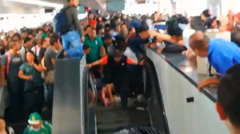 Usuarios del Metro reportaron que debido a la saturación de las escaleras eléctricas de la estación Pantitlán de la Línea 9, al menos 4 mujeres cayeron y resultaron lesionadas, según se observa en videos difundidos en redes sociales.