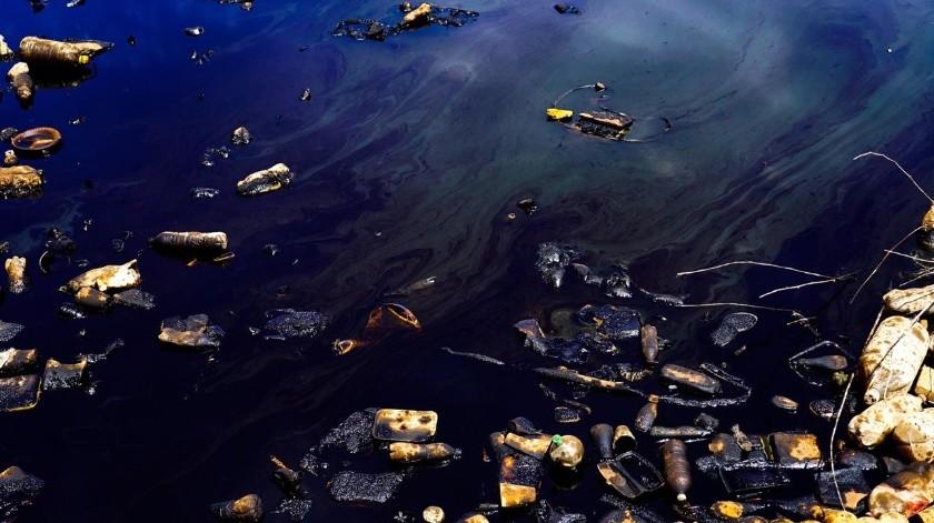 Hace tres días vertieron cientos de litros de aceite en el agua.(Foto: Víctor Medina)