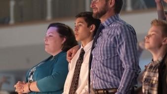 Chrissy Metz, Marcel Ruiz y Josh Lucas en una escena de