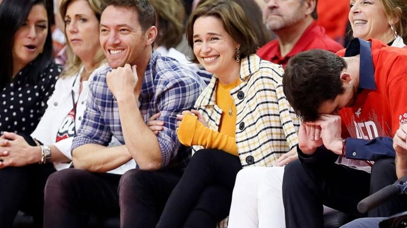 Emilia Clarke estuvo presente en el Juego 6 de las semifinales de conferencia de la NBA..(Cortesía)
