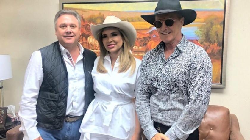 Posa Gobernadora CPA con el cantante Emmanuel(Facebook/ ClaudiaPavlovich)