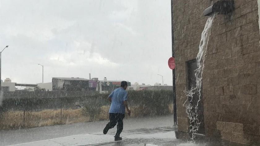 Una ligera lluvia con granizo se presenció este domingo en algunos puntos de la ciudad, las precipitaciones comenzaron poco antes de las 15:00 horas.