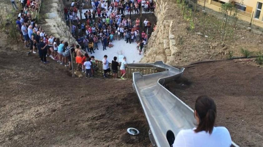 Un tobogán de 125 pies que une dos calles en España se vio obligado a cerrar a tan sólo un día después de su apertura.(Twitter)