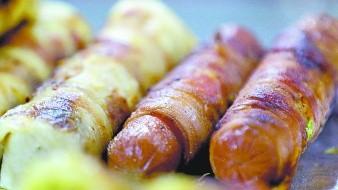 Los embutidos comerciales contienen féculas de maíz porque retienen humedad, también gomas que ayudan a darle textura blanda.