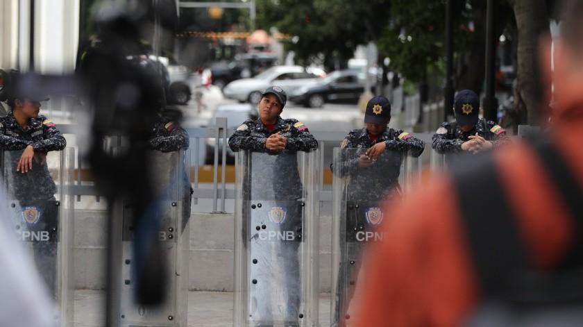 Más de un centenar de agentes custodian este martes las adyacencias de la sede del Parlamento venezolano en Caracas luego de que circulara en internet una denuncia de un presunto artefacto explosivo dentro del Palacio Legislativo.(EFE)