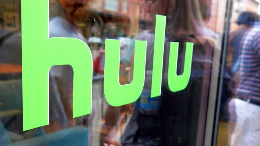 La foto de archivo del 27 de junio de 2015 muestra el logo de Hulu en una ventana en Milk Studios de Nueva York. Disney tomará el control total de Hulu, se informó el martes 14 de mayo de 2019.(AP)