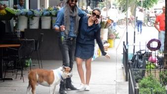 La pareja paseó acompañada de su mascota.