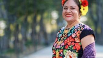 Originaria de Juchitán de Zaragoza, Oaxaca, Pineda Santiago ha desarrollado su carrera literaria en zapoteco, su lengua materna.