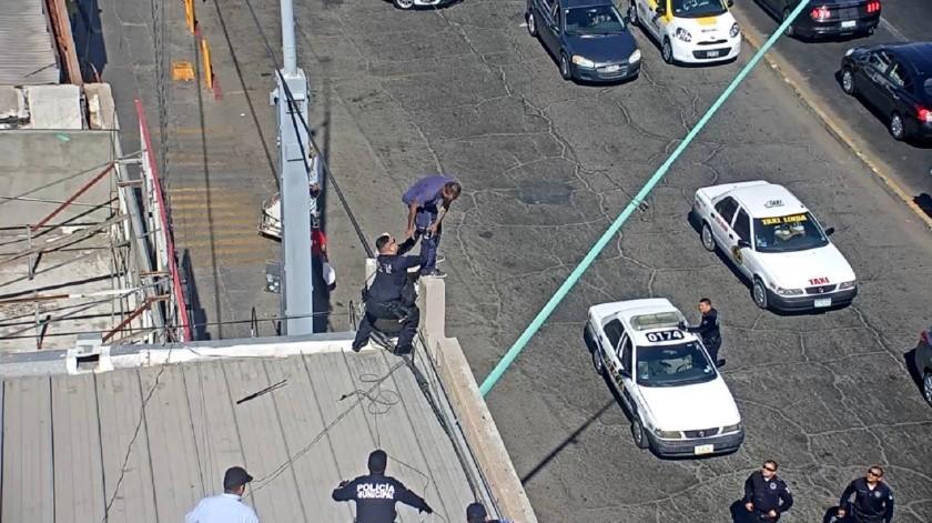 Agentes de la Dirección de Seguridad Pública frustraron el suicidio de un hombre en la Zona Centro de Mexicali.(Cortesía)