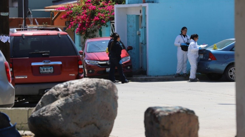 Niños estudiantes que se encontraban en horario de recreo atestiguaron el asesinato de un agente de la Policía Municipal a un costado de la escuela primaria Xocoyotzin la mañana de este martes.(Sergio Ortiz)