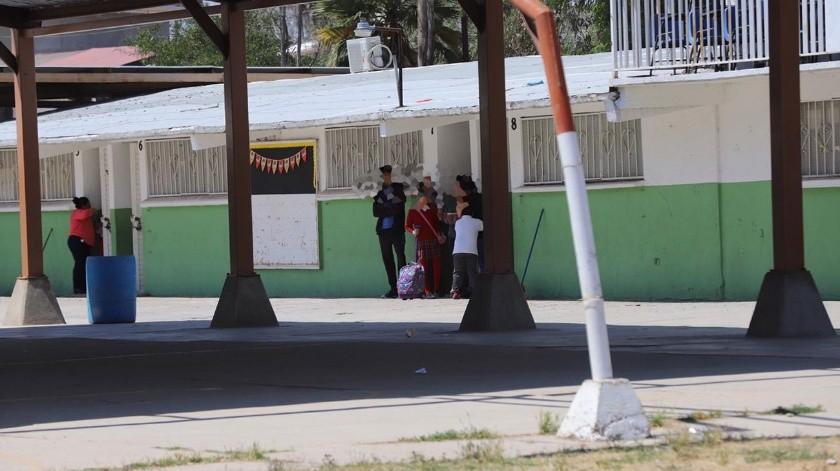 A las 10:20 horas, estudiantes de dicha escuela, ubicada en Fovissste quinta sección, frente al bulevar Limón Padilla, vieron interrumpido su tiempo recreativo al escuchar tres detonaciones.(Sergio Ortiz)