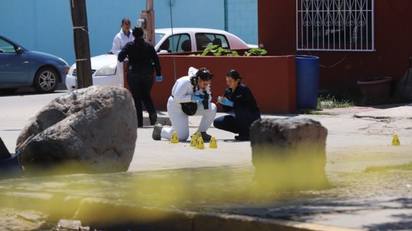 Al voltear al lugar de donde provinieron las detonaciones, vieron a un hombre lesionado por arma de fuego en el interior de un automóvil tipo sedán.(Sergio Ortiz)