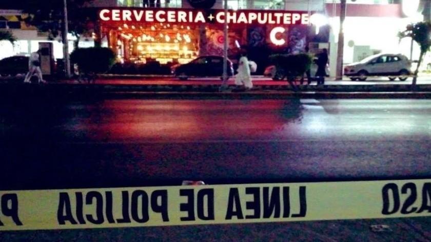 Un comando armado baleó un bar de Playa del Carmen, ataque que dejó un saldo de un muerto y 11 heridos.(@Paramedicosmx)