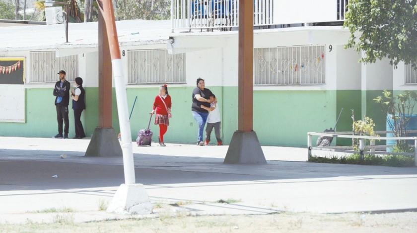 Padres de familia fueron notificados por los directivos para que acudieran a recoger a sus hijos.(Sergio Ortiz)
