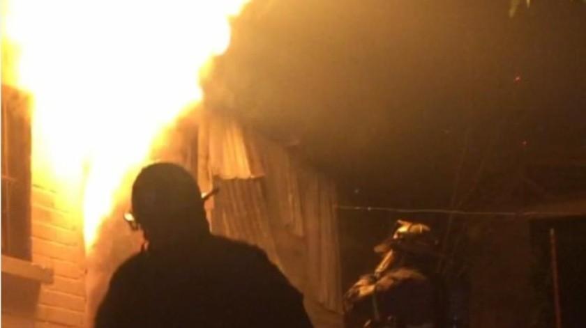 Vecinos intentaron apagar el fuego, mientras llegaban los Bomberos, porque creían que había niños en casa.