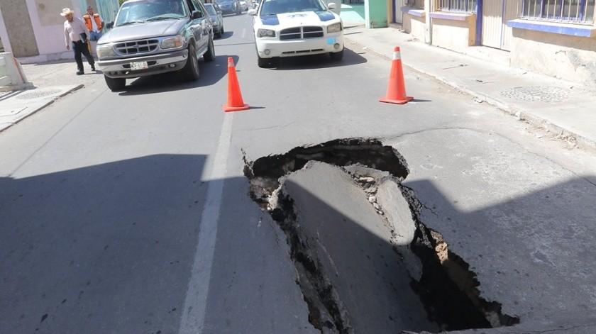 En el Centro de Hermosillo surgió un enorme hundimiento en la calle Garmendia y Serdán, por lo que elementos de Tránsito colocaron conos para evitar un accidente.(Anahí Velásquez)