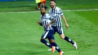 Dorlan Pabón celebra con Miguel Layún el único tanto del juego.
