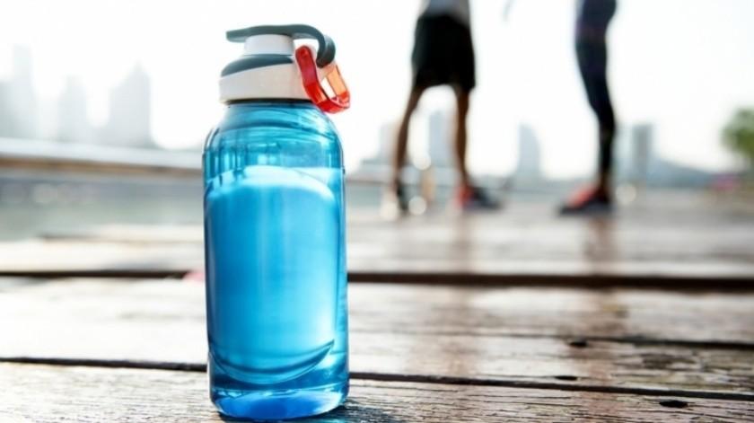 Tomar agua helada cuando nuestro cuerpo tiene una temperatura alta produce una hidrocución.(Cortesía)