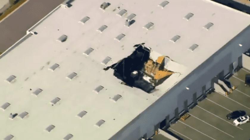 Las autoridades informaron que un avión de combate F-16 se estrelló contra un almacén justo fuera de la Base de la Reserva Aérea de Marzo del Sur de California.(Captura de video)