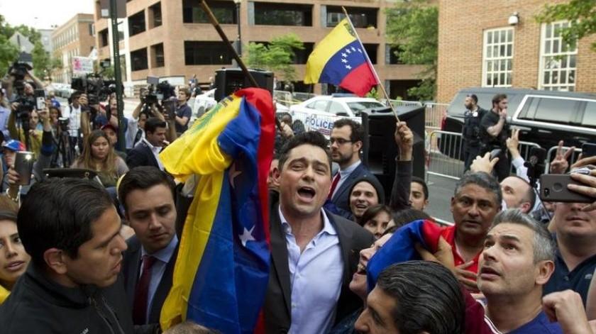 Carlos Vecchio, el embajador ante Washington en representación del líder opositor venezolano Juan Guaidó, festeja con sus partidarios afuera de la embajada de Venezuela en Washington.(AP)
