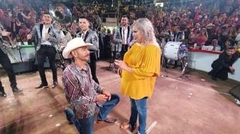 Roberto le propuso matrimonio a Yolanda en pleno escenario junto a la Arrolladora.