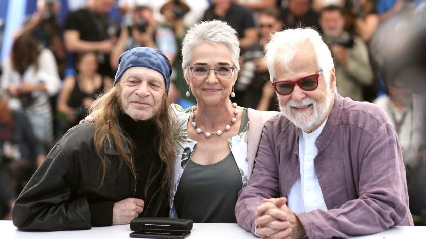 """Izquierda a derecha, el actor Leon Vitali, Katharina Kubrick y el productor Jan Harlan posan para la foto en el estreno de la versión restaurada de """"El resplandor"""", de Stanley Kubrick, en el festival internacional de cine de Cannes.(AP)"""