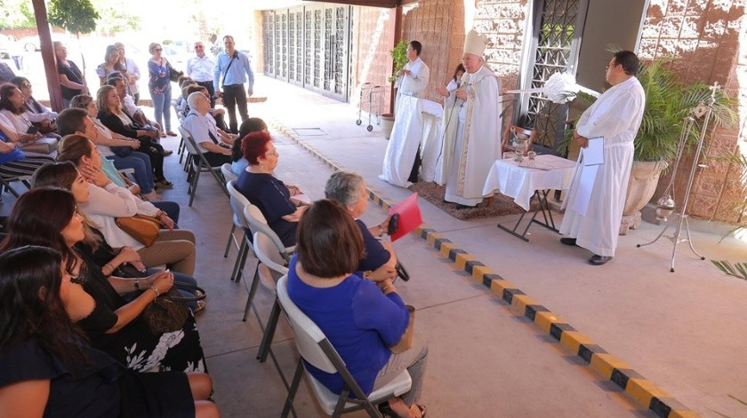 Rendón Leal bendijo el área de nichos de la Parroquia San Juan Capistrano y ofició una misa a los presentes.(Alejandro Carbajal)