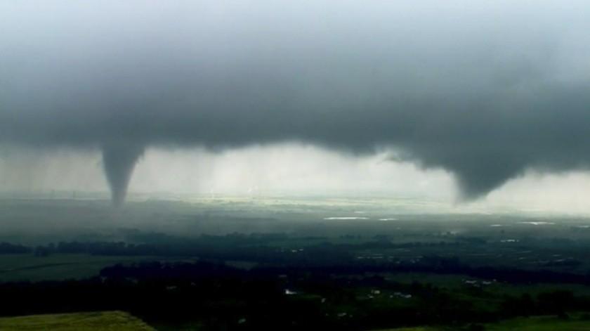 El tornado se presenta como parte de un poderoso sistema de tormentas que generó decenas de avistamientos de tornados el lunes(Captura de video)