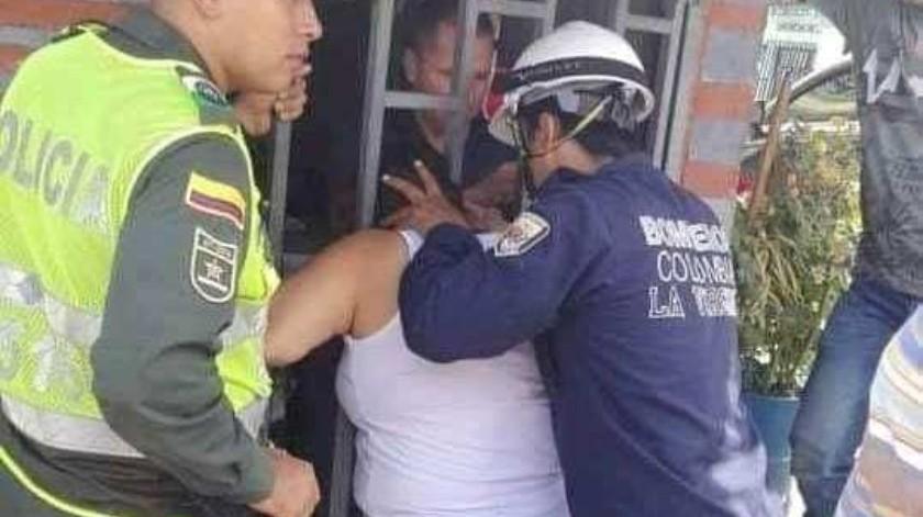 Una mujer vivió un vergonzoso momento en Colombia luego de que se quedó atorada en una puerta por andar espiando a su vecina, según dijeron varios medios locales.(Facebook)