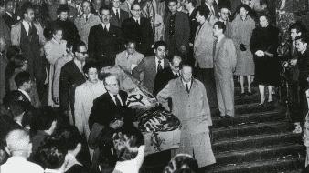 En las guardias ante el féretro estuvo presente el entonces director del Palacio de Bellas, el escritor tabasqueño Andrés Iduarte, pero poco después fue destituido por el incidente de la bandera en el sepelio de la pintora.